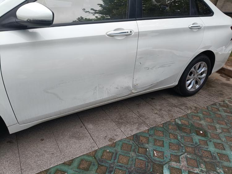 眼瞎?撞了我的车连个屁也没有?我已经报警了!